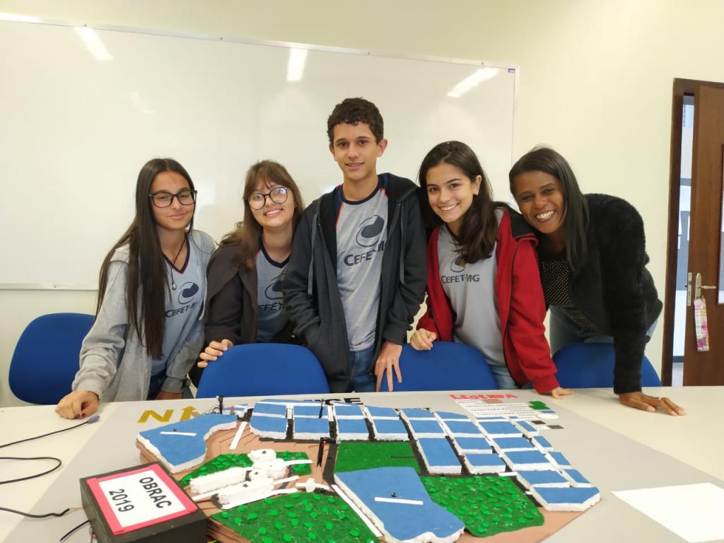 Ana Clara, Ana Luíza, Luís Henrique, Sofia e Professora Nádia Cristina.